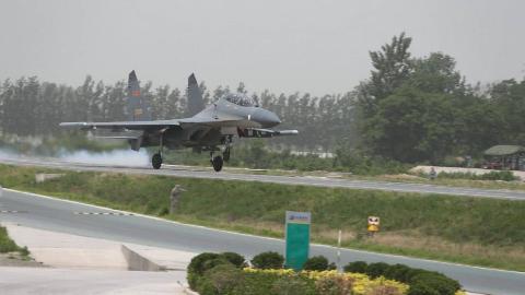 绝技?俄罗斯空军战机高速公路起降训练,其实各国空军都会练习