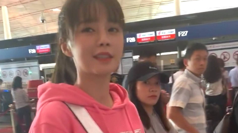 杜海涛女朋友沈梦辰身穿粉红色衣服过安检,太可爱了!