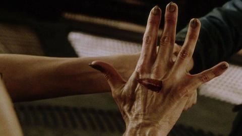 女子孕育出变异怪物,她的血液可以直接将刀腐蚀,速看《异形4》