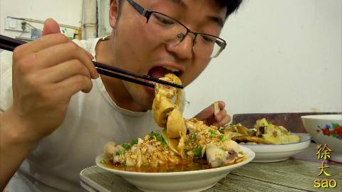 川味红油鸡加大蒜,四个鸡腿不够吃,配煎饺大sao吃过瘾
