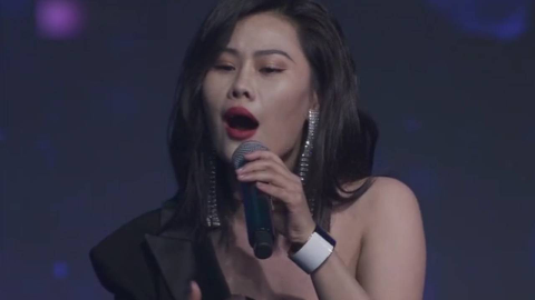 袁娅维正唱着《说散就散》突然音乐停止 镇定自若,清唱救场!