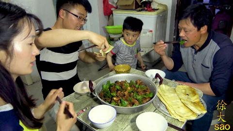 一只土鸡一锅菜,大sao做4斤炒鸡,配上妹妹送的辣酱,爸妈都乐了