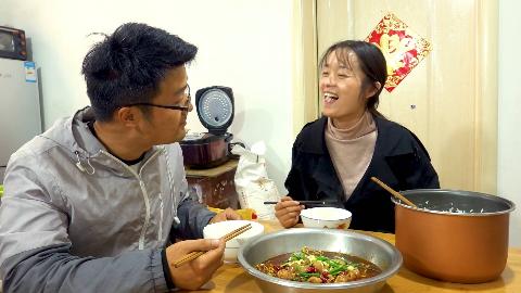 老婆要吃水煮鱼,大sao卤两斤肥肠做水煮,谈到口感,媳妇笑喷了
