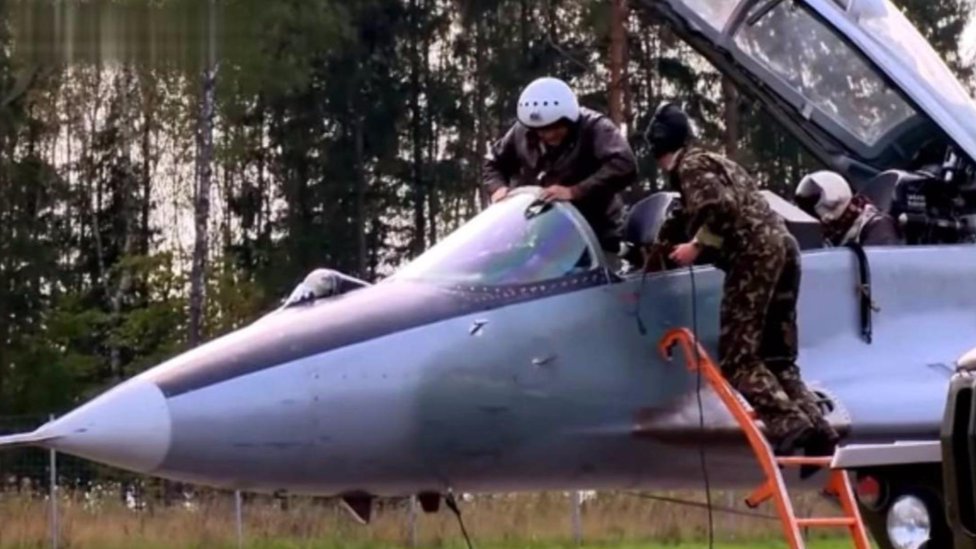 米格29和苏-25进行公路起降演练