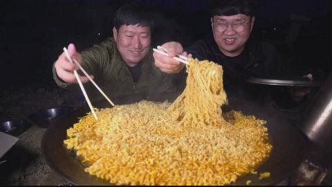 韩国吃货兴森和朋友吃一锅方便面,配泡菜,这大口一个比一个吃得香