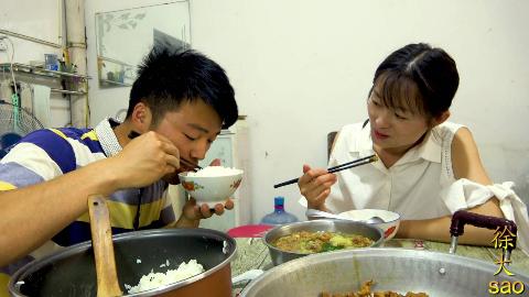 两斤小酥肉一锅饭,媳妇给大sao做好吃的,高温天吃汤泡饭,过瘾