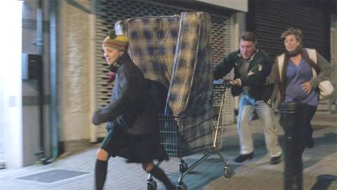 流浪汉捡到一个床垫,里面有100万,穷人的狂欢!高分喜剧电影