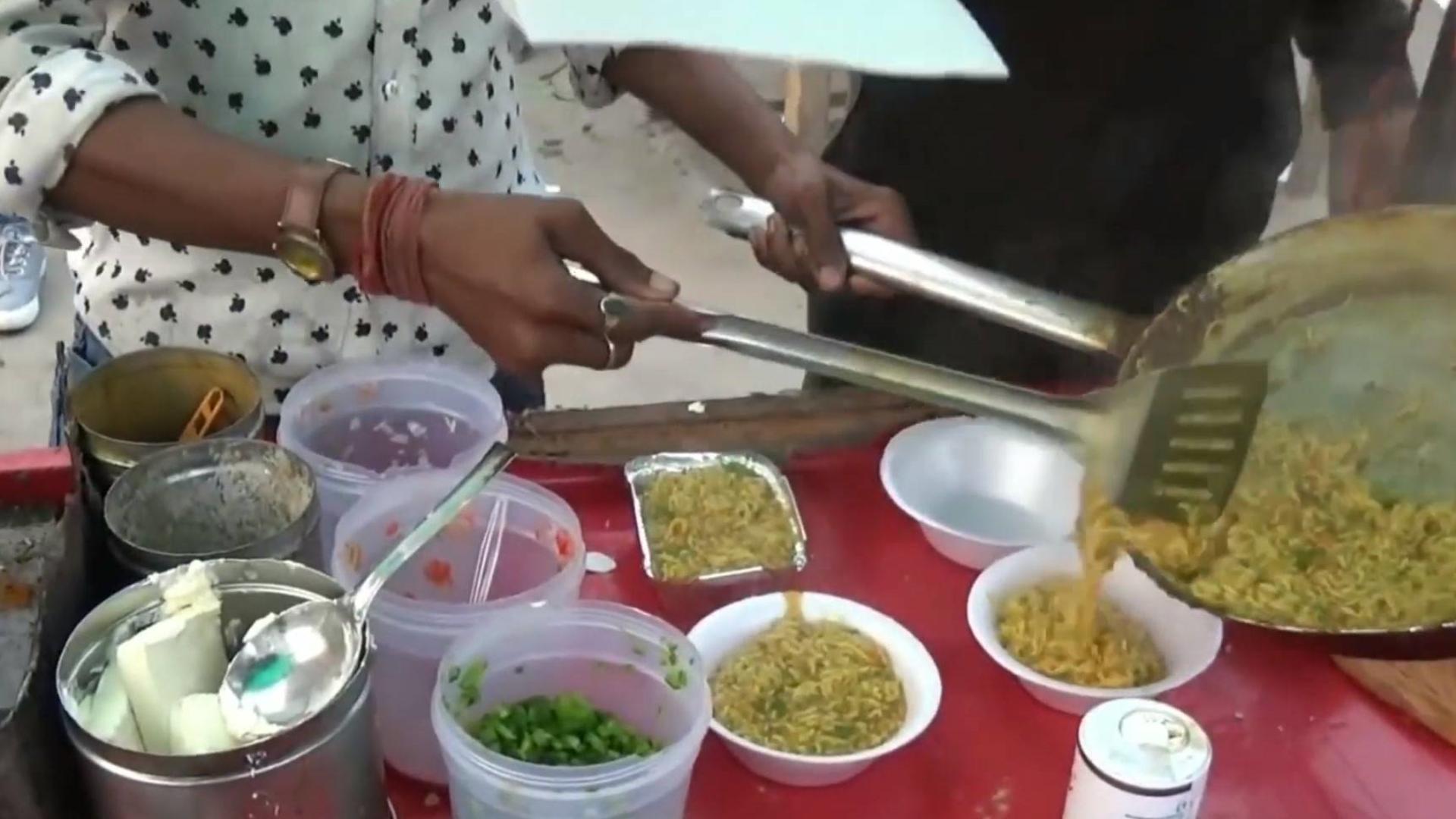 印度街边多道工序煮食方便面