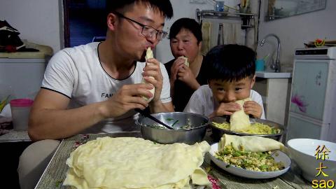 三个菜,三斤面,大sao做水洛馍,馍皮卷炒菜一次吃三盆,真过瘾
