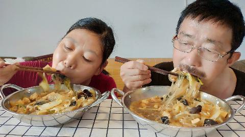 老两口做河南大锅菜,一人一盆吃得真香,呼噜呼噜喝汤声音真馋人