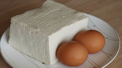 夏天多吃豆腐,教你新吃法,不炸不凉拌,出锅比肉还香,真过瘾