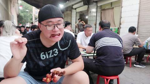【阿星探店】陕西烧烤1元一大串,不挂招牌,肉香不怕巷子深,食客坐满一条路