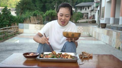 秋妹今天做了黄焖鱼,大碗辣椒一起焖,好吃到流口水,看饿了