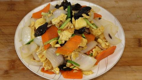 洋葱超好吃的做法,加3个鸡蛋,做法简单又家常,每次一盘不够吃