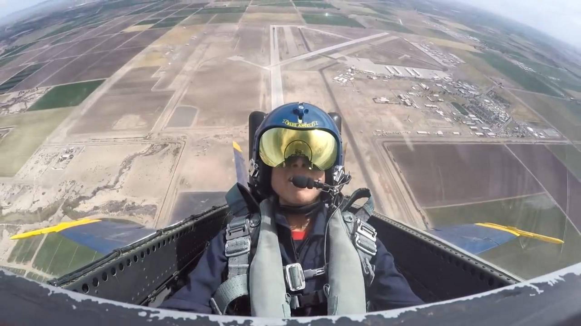 老妈搭乘蓝天使F-18