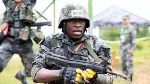 不忍直视!非洲国家新兵训练粪坑打滚,还是解放军训出的更靠谱