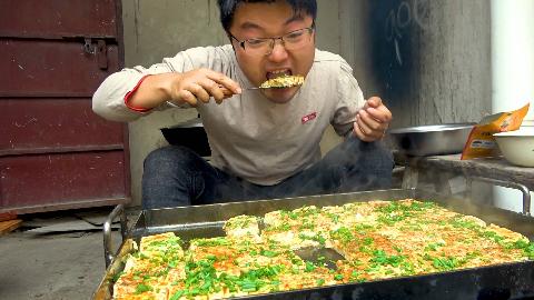 六斤豆腐两大锅,大sao做铁板豆腐,撒葱花配辣酱,一次吃过瘾