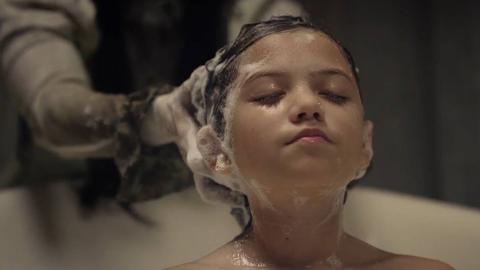 小孩以为是妈妈在帮她洗头,直到睁开眼睛才发现她错了!
