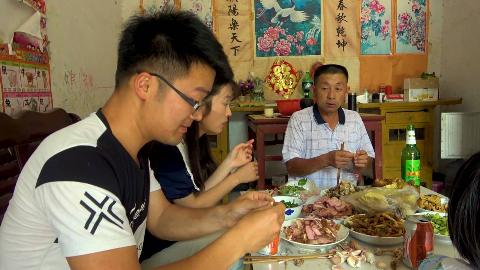 大sao买28斤猪腿送岳父,岳母做一桌全肉宴,一起吃肉配蒜,过瘾