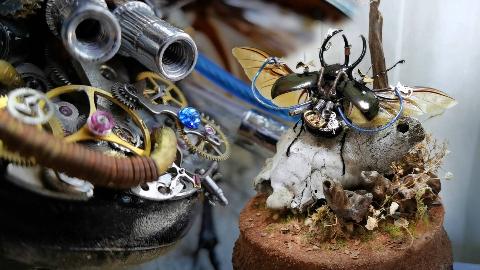 硬核手工打造末日后,仅存骸骨、植物和蒸汽朋克昆虫的世界