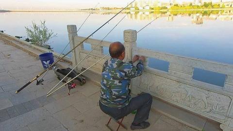 大叔清晨海竿野钓,四杆齐下专钓大鱼,能钓到吗