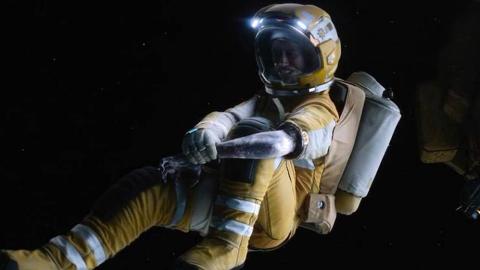 宇航员意外坠入太空,手臂已冻成冰,该如何自救?你一定猜不到!