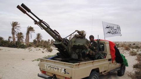 """现场:利比亚""""国民军""""大举挺进首都 皮卡绵延望不到头"""