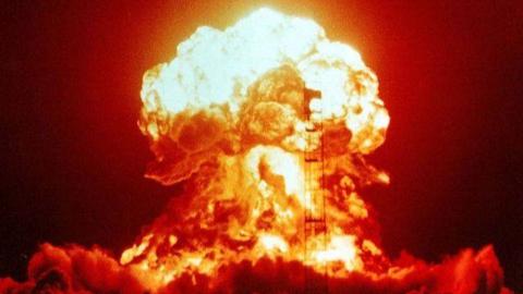 美国公开核试验高清视频:核爆能量瞬间将汽车化成黑烟