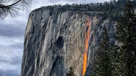 世界上居然有火瀑布:每年只出现两周,如同火龙从山顶冲下!