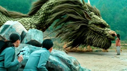 小伙穿越到了过去,并在那里遇到了巨龙,一部国产奇幻电影!