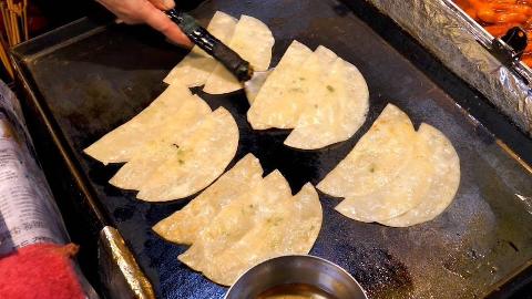 【韩国街头美食】 - 薄皮饺子和鱿鱼煎饼