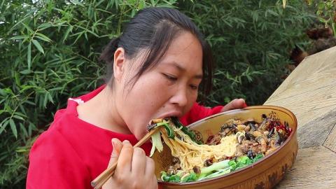 胖妹饿了,煮3斤面条,配上腊肉拌着吃,满满一大盆,吃着真带劲