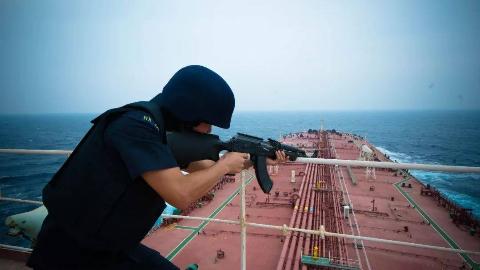 中国商船曾普遍装备重武器!海盗遇上都绕着走,为何最后不带了?
