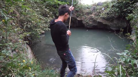 这深坑里的鱼都饿疯了,小伙刚下竿鱼儿就疯狂咬钩,收获太惊喜了