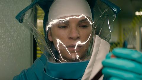生物博士在研究病毒,没想到手套被划破,瞬间就被可怕的病毒传染