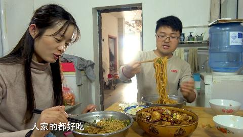 大sao想偷吃,媳妇碰个正着,一盆面三斤脆皮鸡翅,吃得太实在了