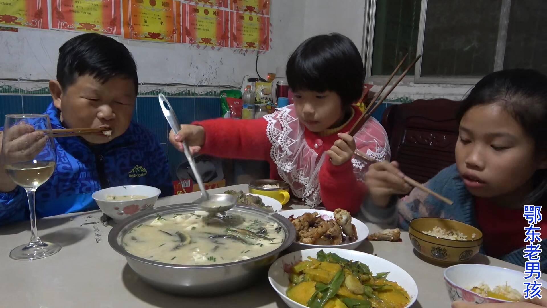 老男孩把抓回的泥鳅分类,小的放生大的炖豆腐,侄女都觉得好吃