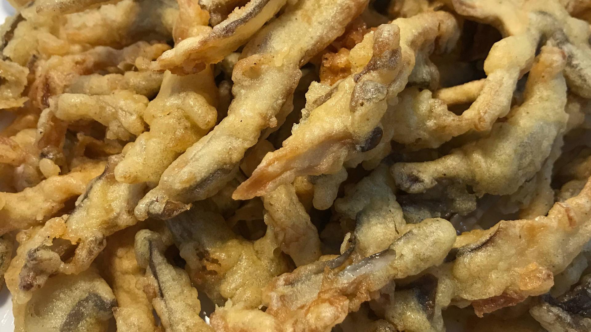 炸蘑菇,用面粉还是淀粉?都错了,大厨教您正确做法,香酥不回软