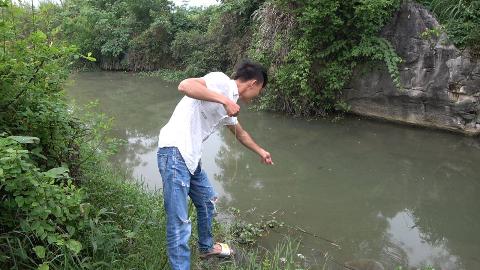 小伙放地笼收获太棒了,地笼直接被坠变形,收获十几斤河鱼