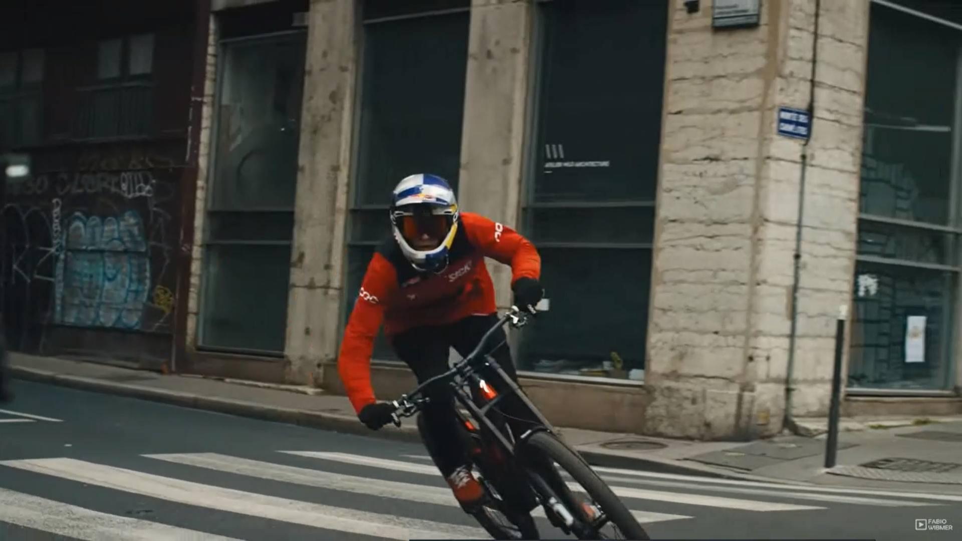 小伙骑着自行车街道狂飙