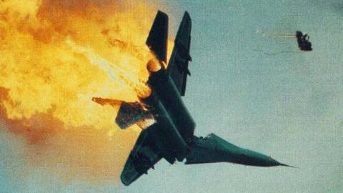 实拍!30吨战机空中相撞,飞行员极限操作 连飞机制造商都惊呆了
