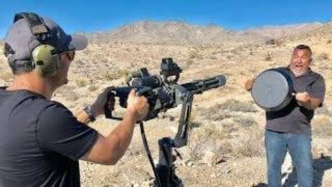 [Edwin Sarkissian]需要多少平底锅才能挡住M134的射击