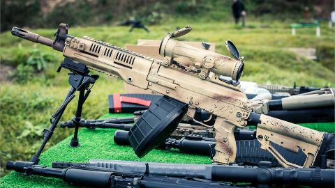【讲堂502期】俄罗斯最新班用机枪,能单兵手持射击,还是卡拉什尼科夫的味道
