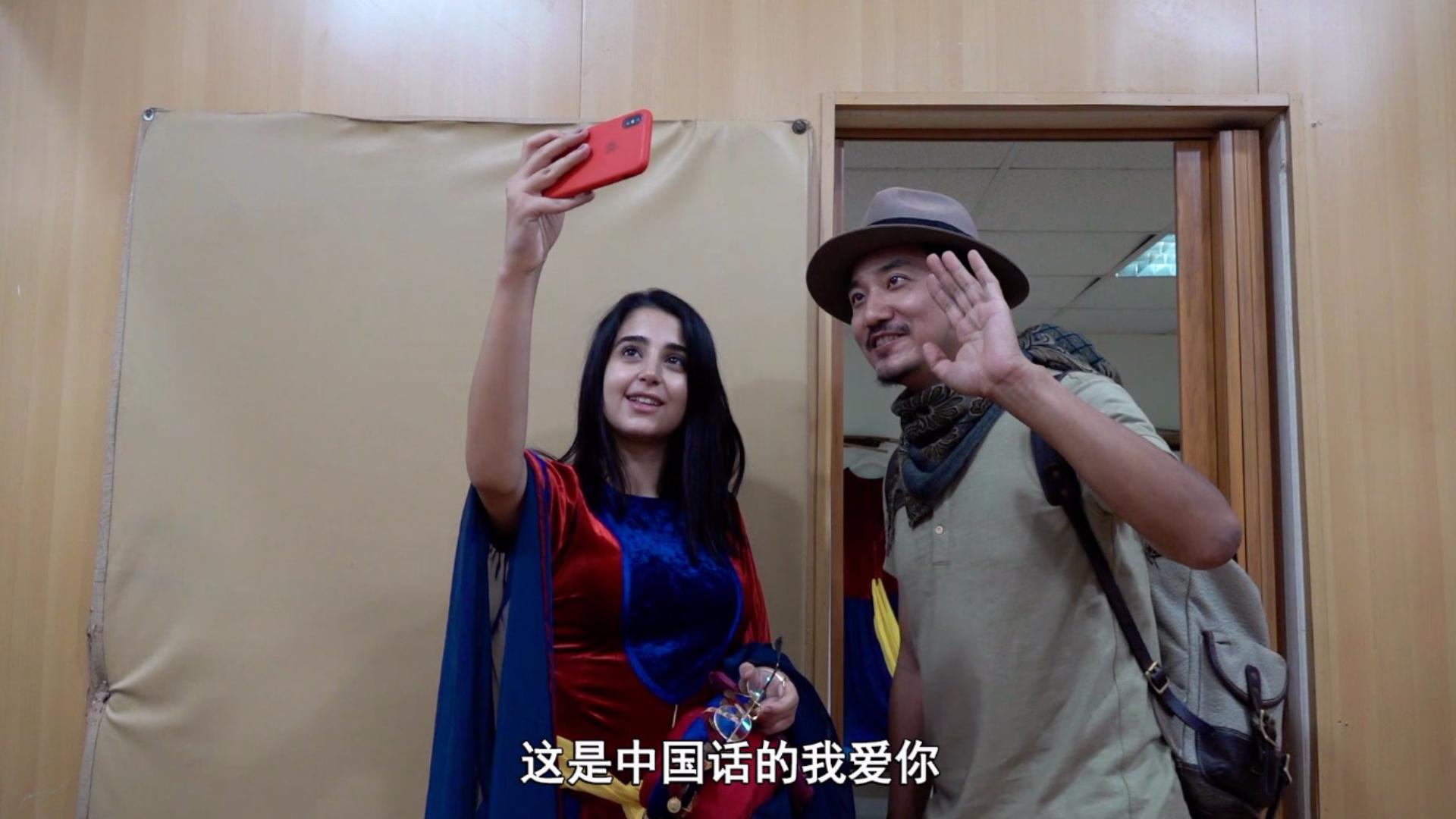 雷探长来到黎巴嫩大学舞团,女孩排队求合影:请用中文说我爱你