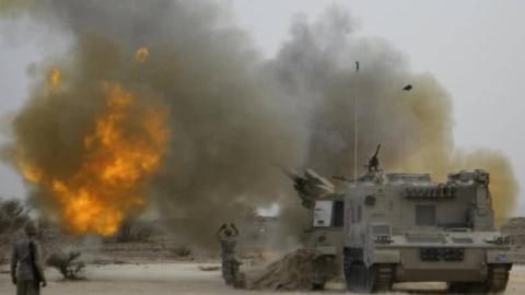 实拍:也门胡塞武装烧毁沙特联军装甲车