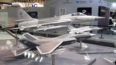 中国FC-31亮相巴黎航展,机身增大引关注或与登上国产航母有关?