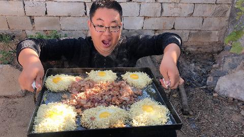 吃泡面不将就,一斤肥肠,3包泡面,用铁板做个肥肠烤泡面,舒适!
