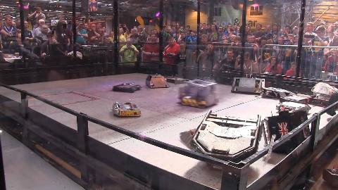18个格斗机器人混战是什么场面