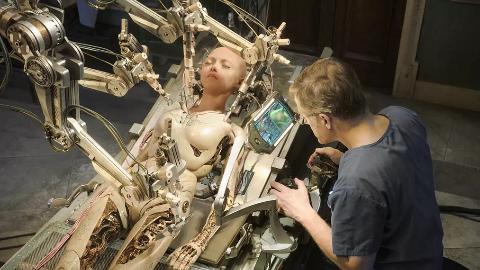 【大碴子电影】医生垃圾堆里捡回人头,竟然用机械拼凑成身体,复活为小女孩《阿丽塔:战斗天使》