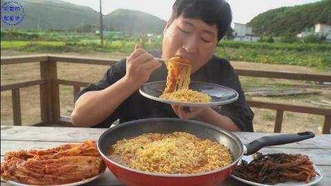 韩国农村吃货大叔兴森,吃韩国泡菜和5包泡面,一次吃这么多不会腻吗?